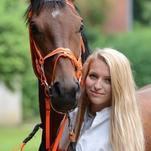 Ženy a dívky okolo koní potřetí