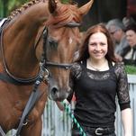 Ženy a dívky okolo koní popáté