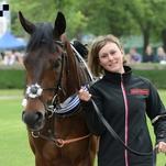 Ženy a dívky okolo koní pošesté